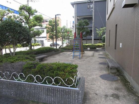 マンション敷地内にお子さんが遊べる小さな公園があります