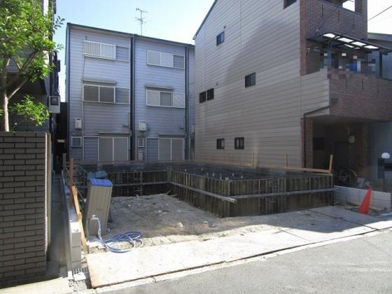 その他現地 土地有効約31坪付で土地間口も広々約7.7mです。2階建のガレージ付き4LDKの新築一戸建です。設計・建設住宅性能評価書取得予定で耐震等級3も取得予定の安心の新築です。(7/19撮影)