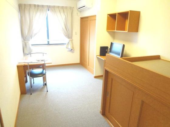 居間ベッド、テレビ台、テーブルも備え付けなので引越も楽に行えます