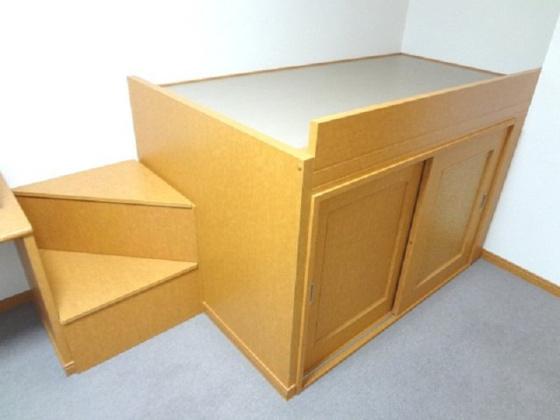 寝室ベッド下には広々収納スペース!