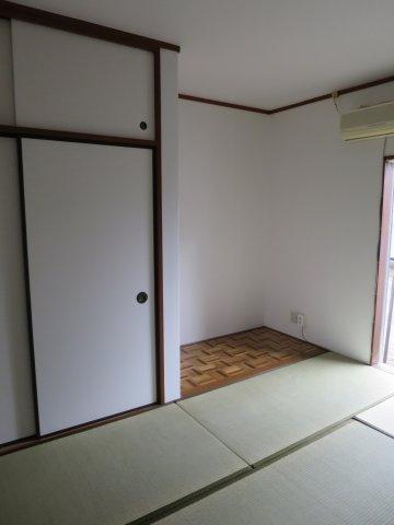 和室畳の上でゆっくりとくつろげる和室です