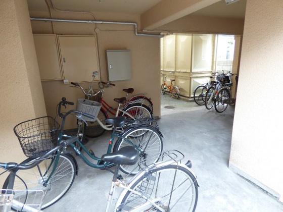 その他敷地内にある屋根付駐輪スペース。