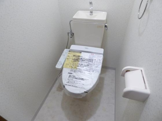 トイレ嬉しい温水洗浄便座付きです。