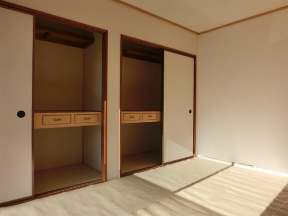 和室その2・一面が押入れで上段と下段の間には引き出しがあります